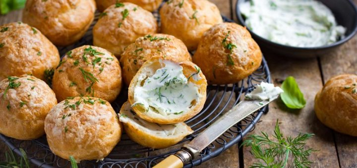 Gougeres: the recipe for French savory puffs to be enjoyed simple