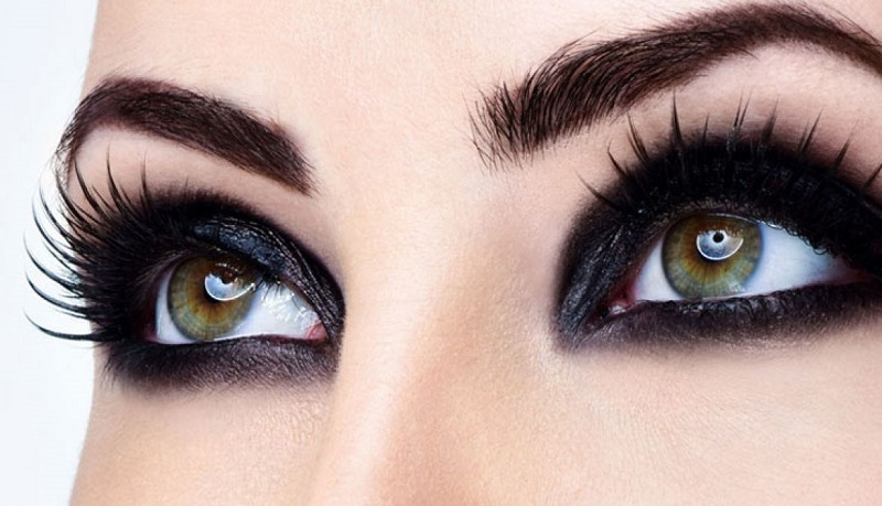 make up your eyes with natural ingredients